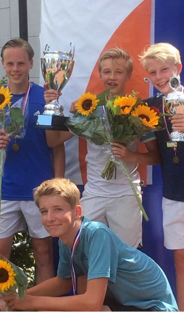Vier blije tennissers.