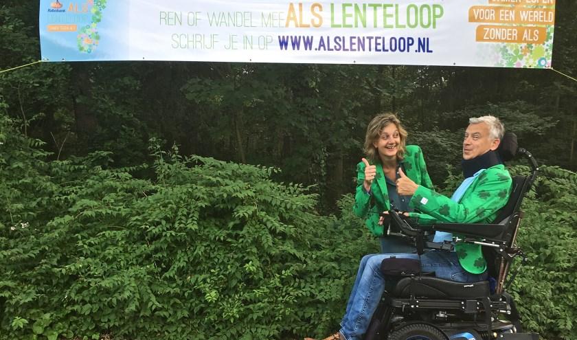 Mariëlle en Vincent Cornelissen in de nieuwe groene colbertjes, waar het hele bestuur dit jaar aan te herkennen is. Foto: Rabobank ALS Lenteloop