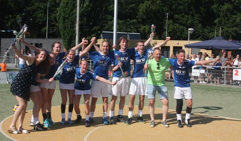 Blije spelers en trainer na het behalen van het veldkampioenschap. Een paar maanden eerder hadden ze het zaalkampioenschap al op hun naam geschreven.