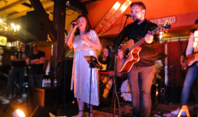 Lotte van de Bor en Sjoerd Stap presenteerden met hun band hun debuut-cd in De Hoefslag