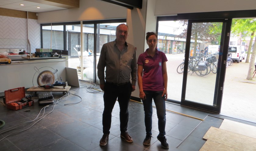 Filiaalmanager Wim en medewerkster Bianca zien de HEMA steeds mooier worden. (Foto: Yvonne Vogel)