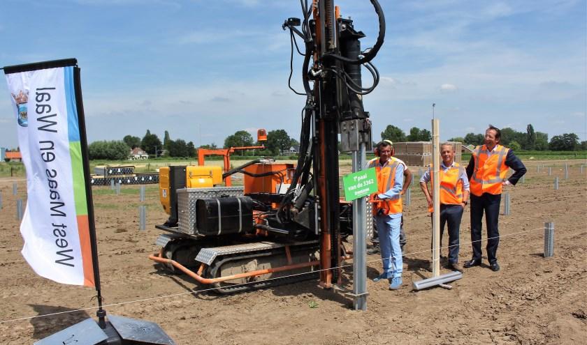 Wethouder Ton de Vree en Roland Pechtold van GroenLeven boren de 'eerste' paal de grond in. (Foto  Reinier Jansen)