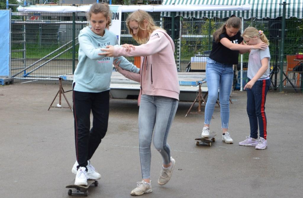 Door twee experts werd de kinderen geleerd om stapje voor stapje het skateboard eigen te maken. De methode die gebruikt werd is ook geschikt om onderling elkaar te helpen trainen.  © DPG Media
