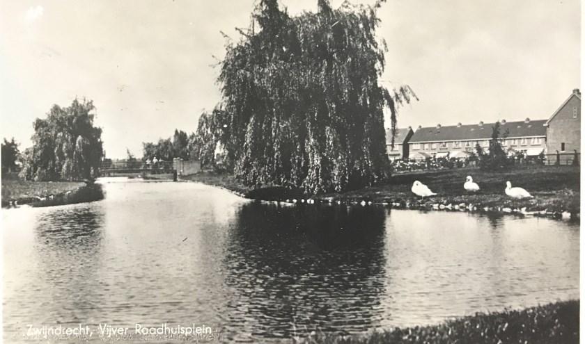 De verschillende boomsoorten, de rondlopende vijvers en de stenen brug zijn in negentig jaar tijd nauwelijks veranderd. (FOTO: Collectie HVZ)