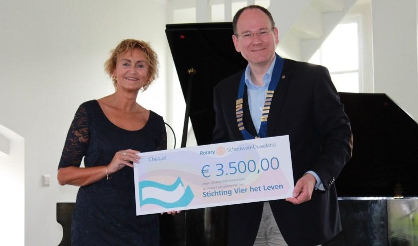 Jolanda Eversdijk van Vier het Leven met Rotary-voorzitter Martijn Hop