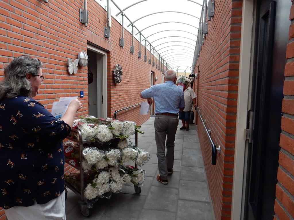 de bloemen worden uitgedeeld   d Foto: Meta van Bergeijk-van Kuilenburg © DPG Media