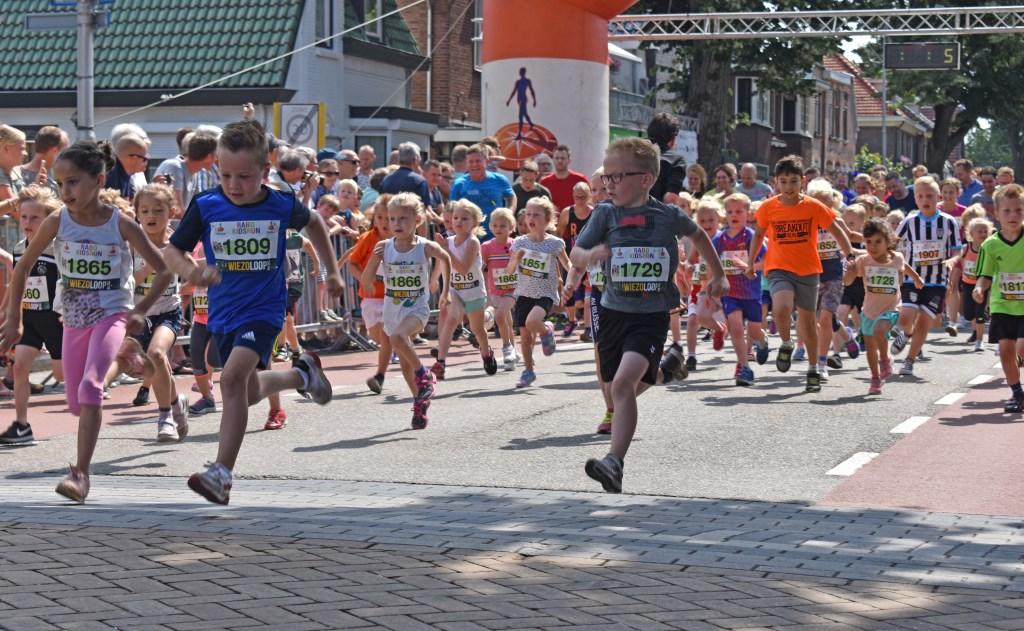 Start van de 800 meter voor de jeugd tot en met 6 jaar.   © DPG Media