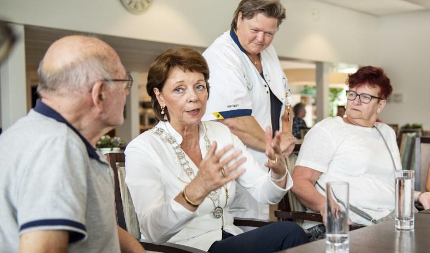 Burgemeester Blanksma in in woonzorgcentrum Savant de Ameide. Foto: Maarten Coolen.