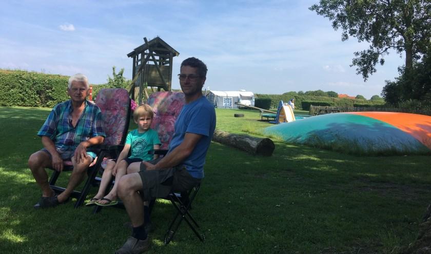 Campingopa Joop Legemaate uit Gorinchem, zoon Yannick Mol (6) en eigenaar Marco Mol op kampeerboerderij Mol aan de Zwaardweg 3 in Kerkwerve. Daar is nu, in 2019, eindelijk wifi!             FOTO: Gerrit van Loon