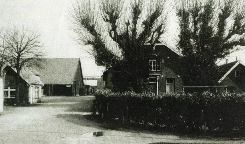 """Een der bekendste bedrijven was boerderij """"De Nijverheid"""" aan de Dorpsstraat 13. De boerderij staat er nog, maar de vrijstaande bedrijfsbebouwing, die op de foto te zien is, staat er niet meer."""