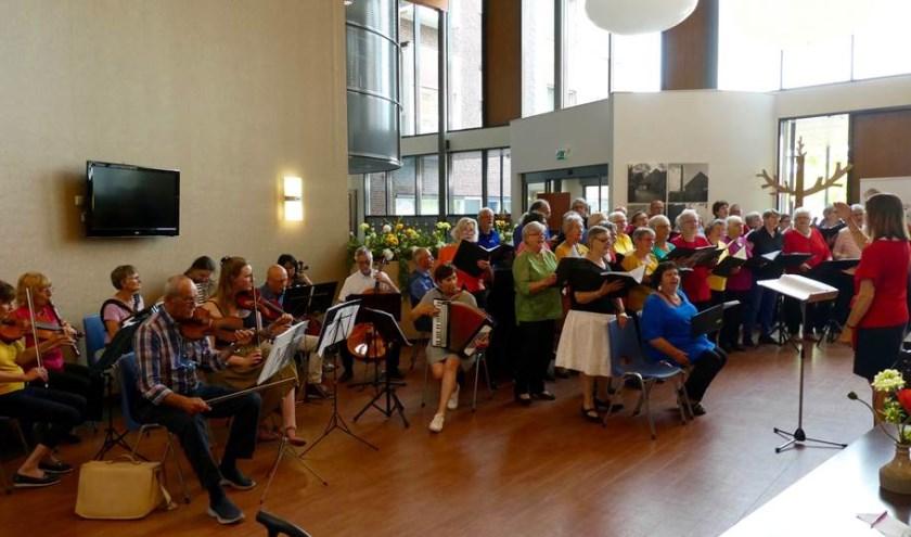 Optreden van koor La Corbeille en het ensemble Ratatouille in woonzorgcentrum Zandley in Drunen.