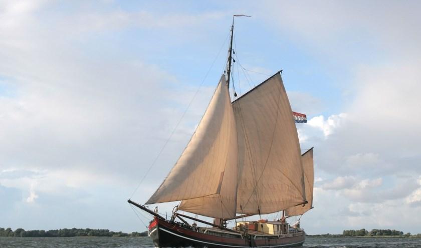 Met een respectabele leeftijd van maar liefst 143 jaar is de tweemaster vermoedelijk het oudste nog zeilende binnenvaartschip in Nederland.