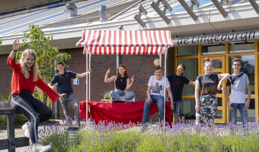 Tweedeklassers Marit, Seel, Annique, Patryk, Benjamin, Evy en Lukas (vlnr) doen 3 juli mee aan de Lingeborgh Fair. (Foto: Liesbeth Wattimury)