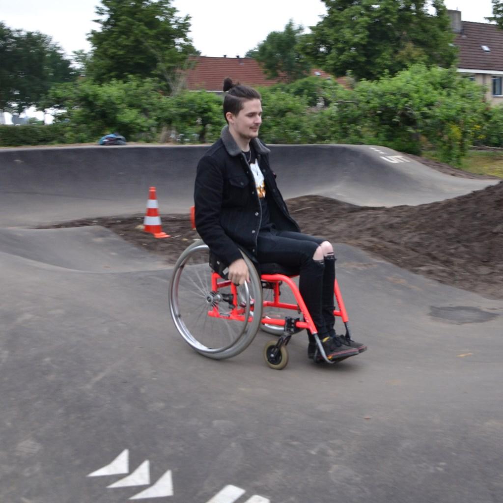 De pumptrack is voor veel wielen geschikt. Woensdag liet een jonge man in een sport rolstoel zien wat hij kan, vrijdag zagen we een junior op een loopfietsje het parcours meermaals doorkomen. De eerste dagen blijkt er respect voor elkaar te zijn: de meest ervarenen manoeuvreerden om het loopfietsje   © DPG Media
