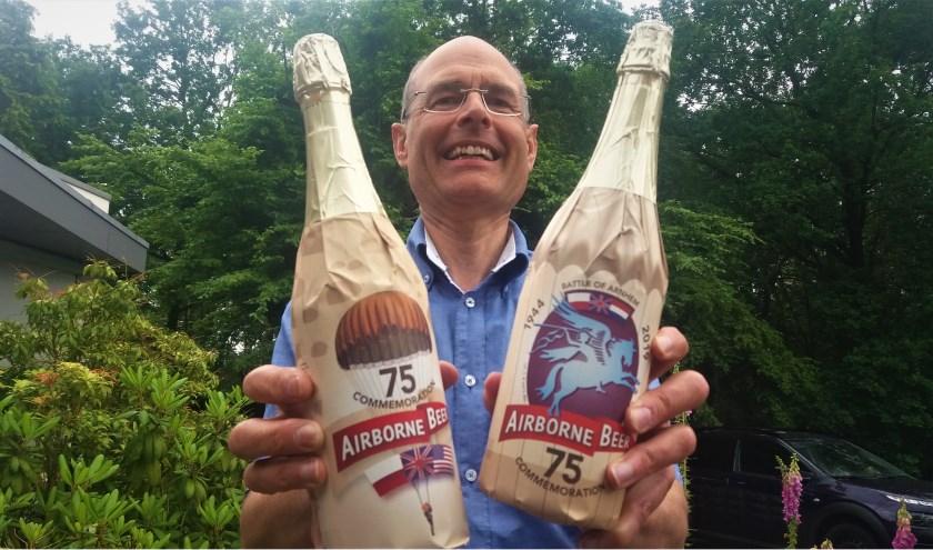 Gerrit Staal met de jubileumflessen van zijn Airborne Beer.   Foto: Kees Jansen