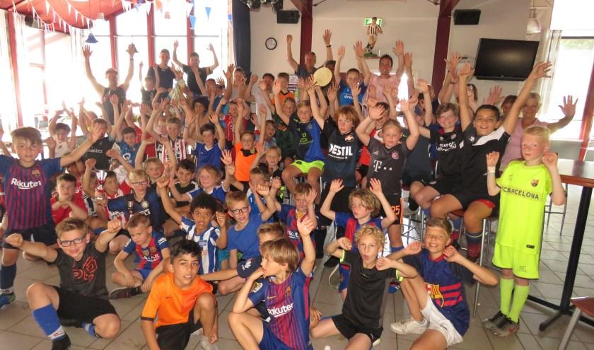 Deelnemers aan het jaarlijkse tentenkamp bij voetbalvereniging RWB in Waalwijk.