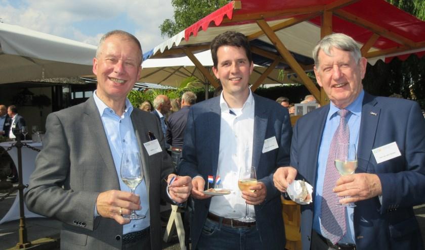 Vice-voorzitter Willem Sorel, erelid namens de gemeente Stichtse Vecht Maarten van Dijk en voorzitter Cees van den Oosten. (Foto: Ria van Vredendaal)