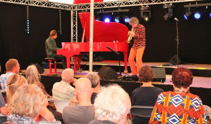 Eric Vloeimans en pianist Sjoerd van Eijck. Het EEF festival bood drie dagen een grote variatie aan artiesten, optredens, gezellig samenzijn. FOTO: Leon Janssens