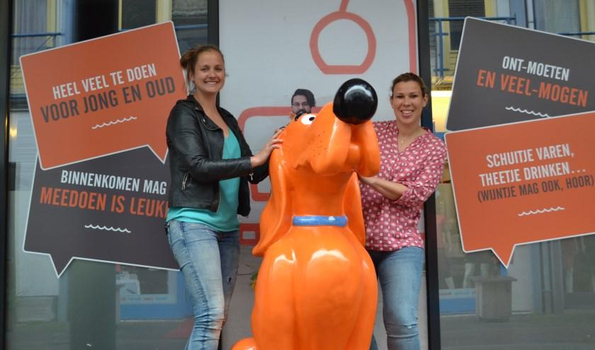 Petra Kuiper (links) en Daniëlle Dekker voor het pand van SOOS aan den Rijn in de Raadhuisstraat.