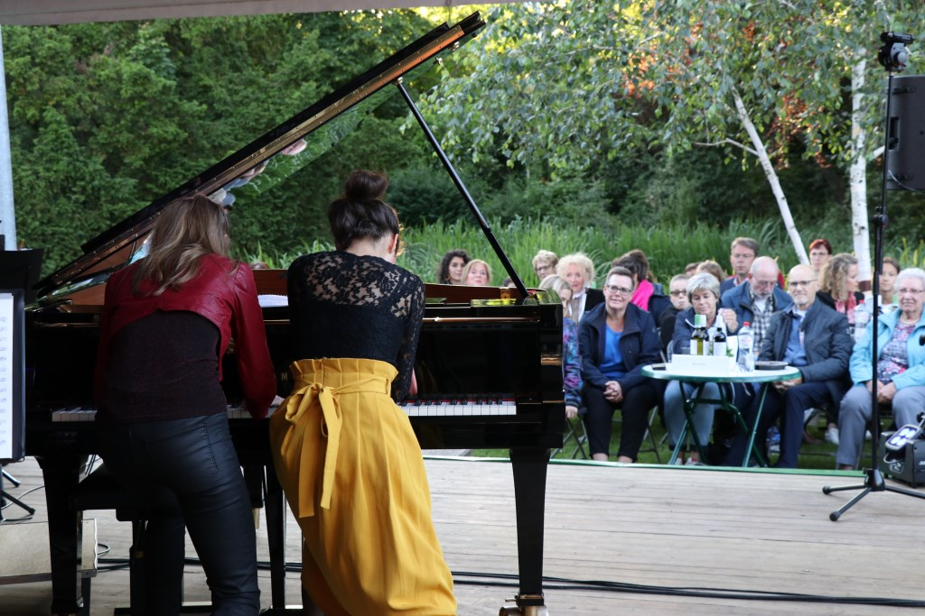 Beth en Flo begonnen hun optreden staand achter de piano. Foto: Jeroen van Zomerenn © DPG Media
