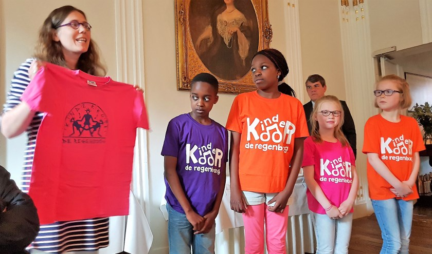 Links het oude, rechts de nieuwe shirtjes van kinderdoor De Regenboog. Dankzij de Wensboom-actie van de Rotary werden 14 wensen vervuld