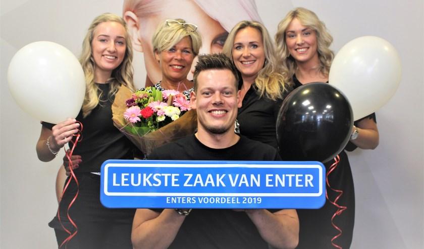 Het team van Haar & Zo ontving het bijpassende straatnaambord, die een mooi plaatsje krijgt in de salon. Eigen foto.