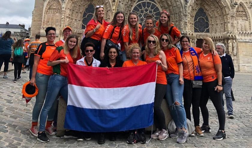 Vreugde bij de dames van HSSC'61 voor de kathedraal van Reims. Eigen foto