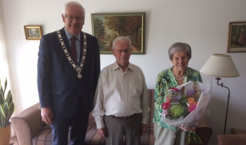 Het echtpaar met de burgemeester. (Foto: Privé)
