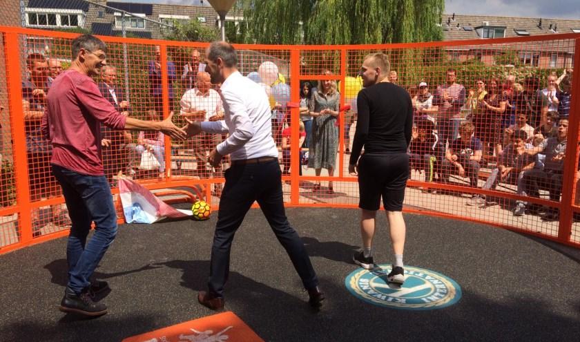 Wethouder Jansen doet de officiële opening door een potje pannavoetbal te spelen met de leerlingen.