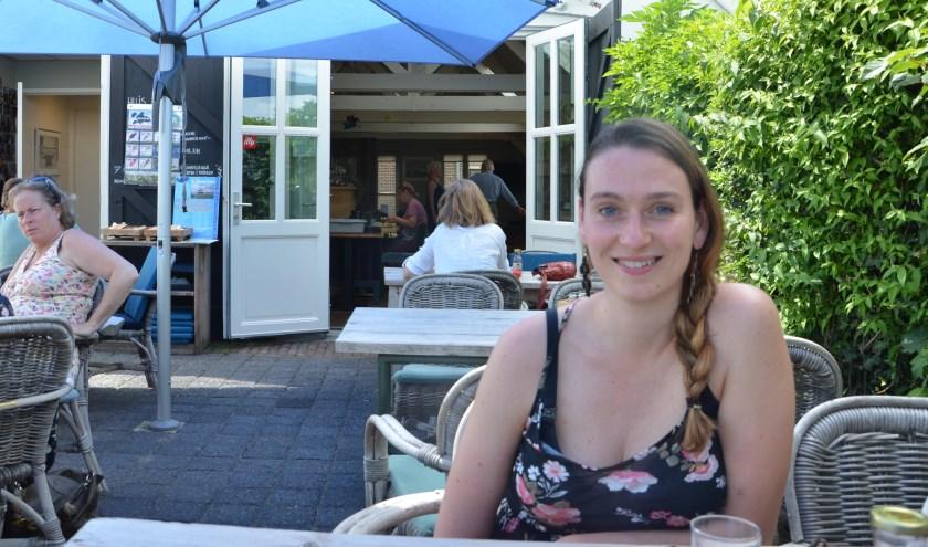 Silke Smit-Brouwer op het terras van de Graanschuur FOTO: Ben Blom