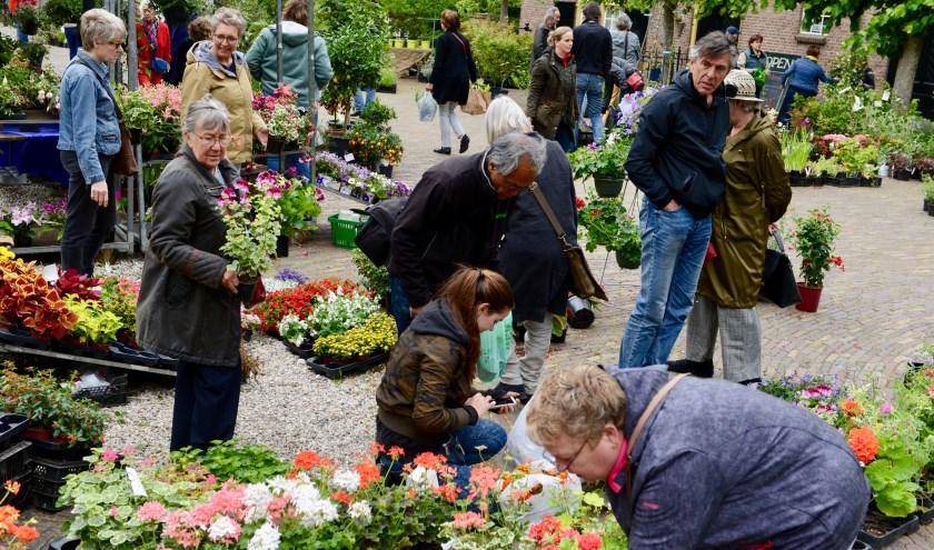 druk bezochte boeken- en plantenmarkt