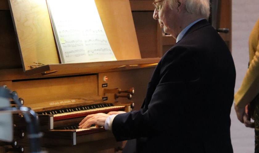 De organist, pianist en dirigent Wouter Blacquière speelt en zingt met vrienden zomerse muziek tijdens het zomerlunchconcert.