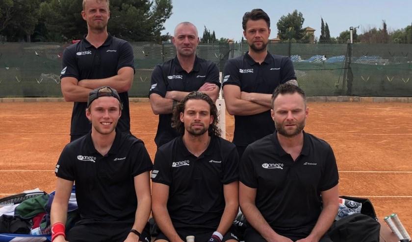 Het team van LTC Spijkenisse, met van links naar rechts: zittend Thorsten Sollie, Matthew Pierot en Stefan Weeda en staand Glenn Smits, Maurice Sluiter (coach) en Boy Vergeer.