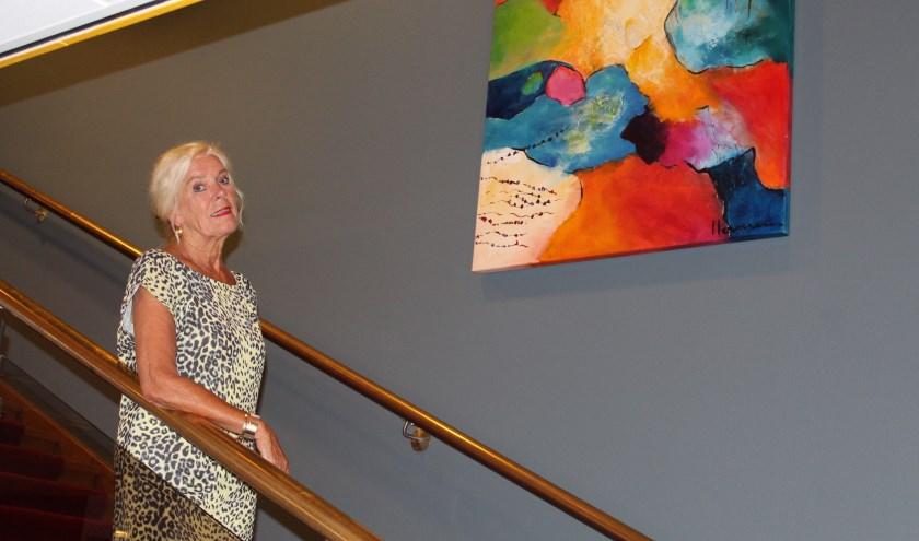 In het trapgat van De Bond hangt sinds jaar en dag een kleurrijk kunstwerk, van de hand van Hermine de Vries. Maar naast actief beoefenaar van de kunsten is ze ook graag toeschouwer bij muzikale shows.