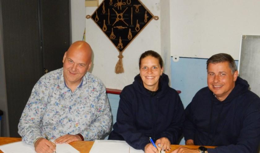 Het ondertekenen door ZON! en scouting Den Hoorn. Van links naar rechts Danny de Lee (directeur ZON!), Cassandra Smeele (secretaris scouting Den Hoorn), Eelco van Cooten (voorzitter scouting Den Hoorn)