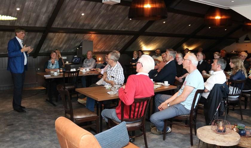 Herman Postema introduceert zijn boek 'De erfenis van ridder Fulco - het ontstaan van het dorp Maarsbergen' bij het publiek.