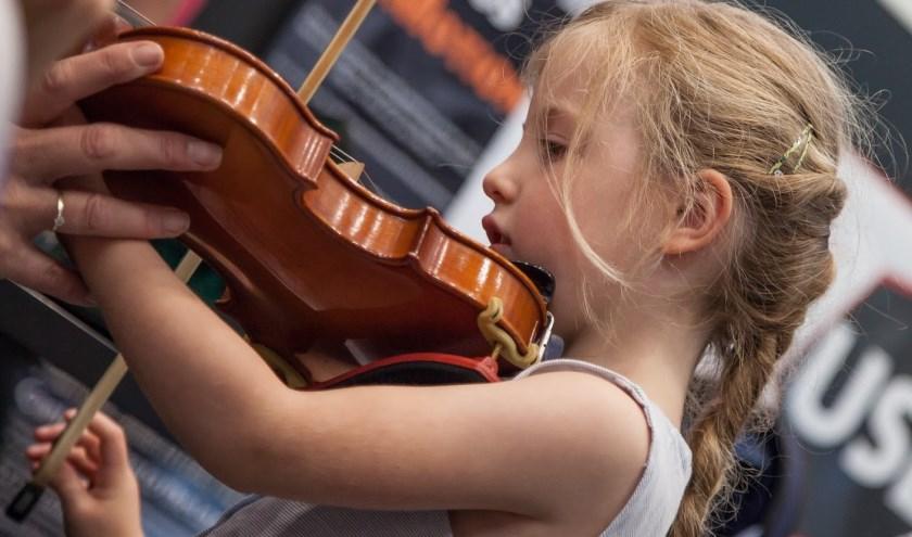 Jong (en oud) kan tijdens het familieconcert kennismaken met klassieke muziek én de instrumenten uitproberen. (foto: Klaas Henstra)