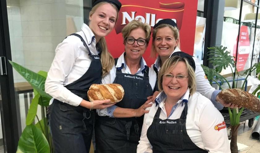Bij Bakkerij Nollen wordt alles nog op ambachtelijke wijze bereid. Daar weten deze dames alles van.