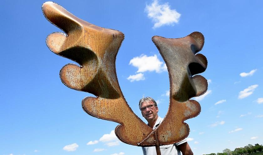 Joep Veldkamp bij kunstwerk van Jan Opdam , Beeldentuin 'de Holtdrost' Geunstraat 2 De Heurne