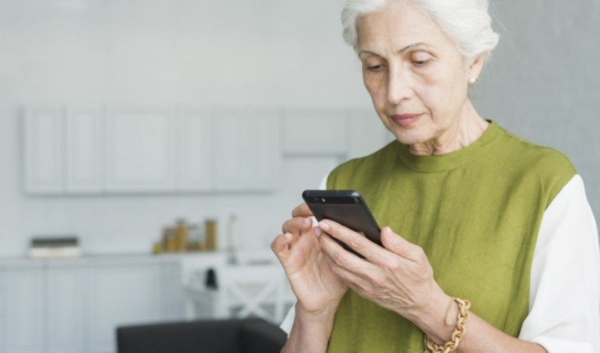 Tweederde van alle 65plussers maakt tegenwoordig gebruik van een smartphone. FOTO: FreePik