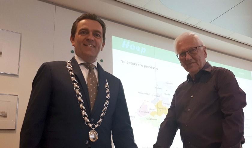 Samen met initiatiefnemer Martin Jasper lanceerde burgemeester Bezuijen de website hulpop4poten.nl