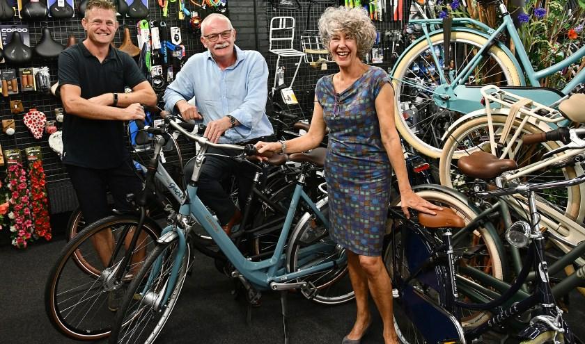 André Berendsen (links), Fons en Jacintha Wenting sluiten hun fietsenwinkel aan de Marktstraat op 6 juli. (foto: Ab Hendriks)