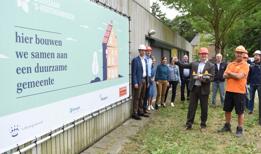 Wethouder Roy Geers, met duim omhoog, gaf bij De Meerlaer toelichting over de plannen van de gemeente. Het kindcentrum in Rosmalen is de eerste van honderd gemeentepanden.