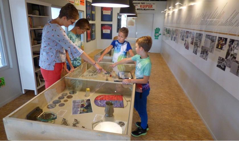 De familie Jansen uit Borne was goed te spreken over het vernieuwde Hennie Kuipermuseum. Overzichtelijk en interessant, noemden ze het museum. Foto: Debby Kok-Koehorst