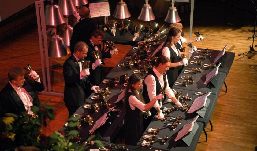 Het Arsis Handbell Ensemble, dat muziek maakt met voornamelijk handbellen.
