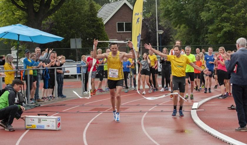 Björn Demkes komt na 140 rondjes - toegejuicht door supporters - over de finish. (Foto: Vanessa Wassink)
