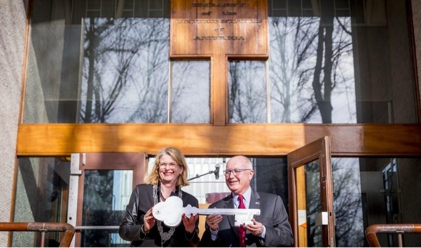Burgemeester Pauline Krikke nam maart vorig jaar symbolisch de sleutel  in ontvangst van de Amerikaanse ambassadeur in Nederland, Pete Hoekstra. Daarmee werd de gemeente Den Haag eigenaar van het gebouw.