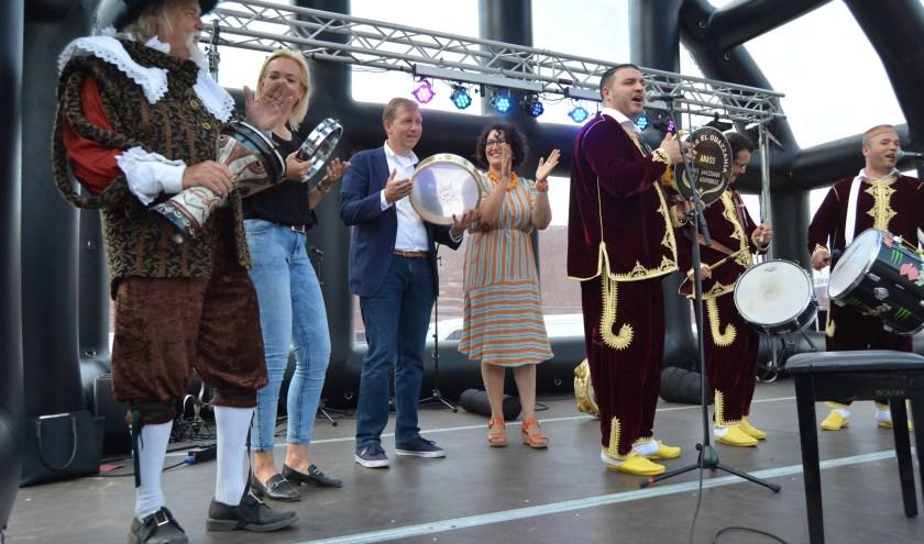 Gilbert, stichtingsvoorzitter Saskia Knoppert en burgemeester Kats deden goed mee met het muziekgezelschap. (Foto's: Pieter Vane)