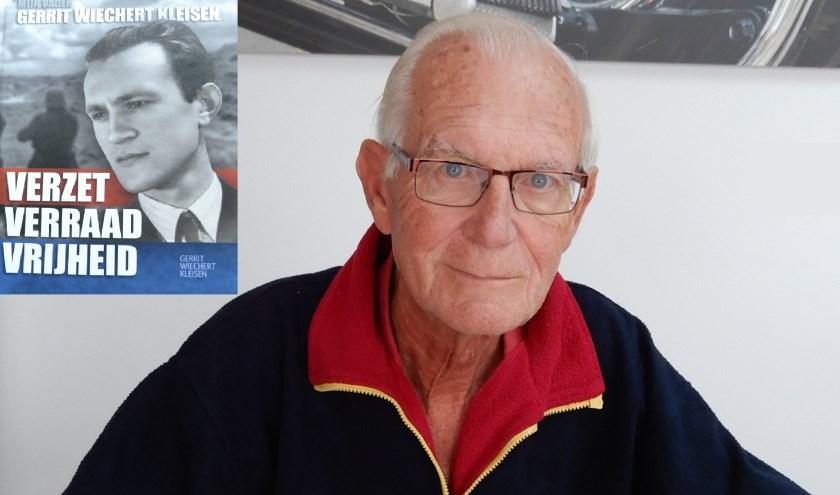 Gerrit Kleisen met in de linkerbovenhoek de omslag van zijn boek Verzet verraad vrijheid. Foto: PR