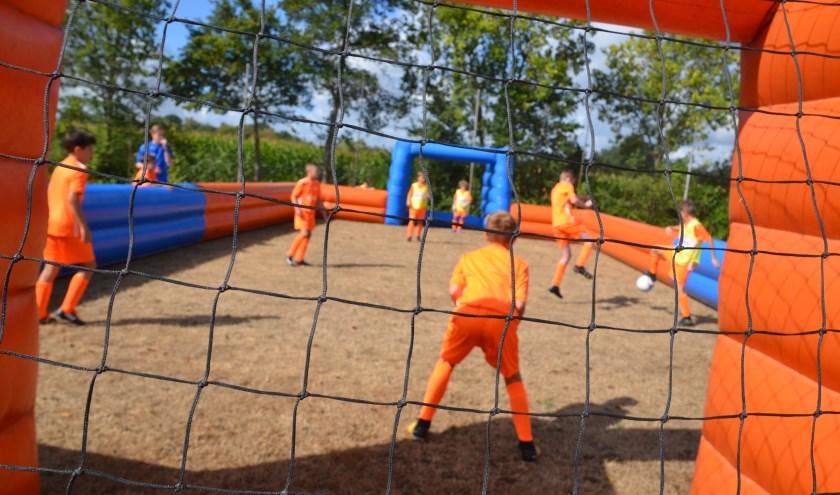 Elke dag worden de kinderen verwacht om 8.45 uur, het programma duurt elke dag tot 16.15 uur. Meer weten of inschrijven: voetbaldagen@rkvvdommelen.nl.